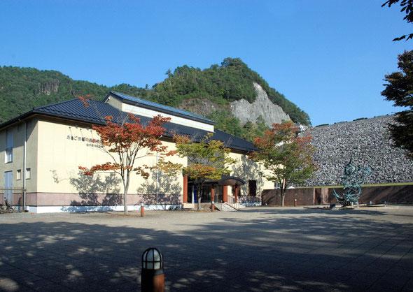 個展会場の「あさご芸術の森美術館」です。右手に見えるのはロックフィル式ダムの多々良木ダムです。