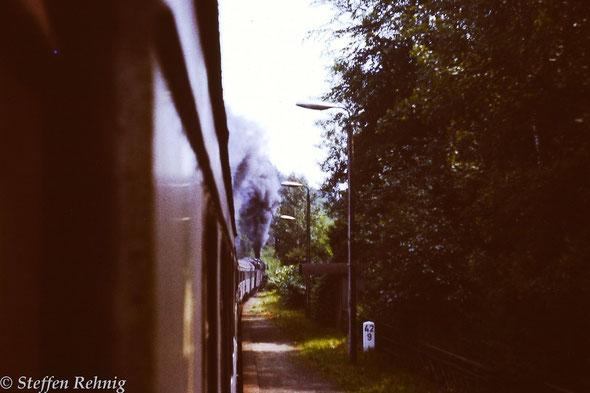 Montag bis Freitag verkehrender Personenzug P 6017 Jena Saalbahnhof [ab:12.24] - Göschwitz [an:12.33-ab:12.41] - Gera [an:13.34] im Haltepunkt Papiermühle [ab:12.58] (1984), der Zug fuhr damals planmäßig mit BR 41 und LOWA - Wagen ....