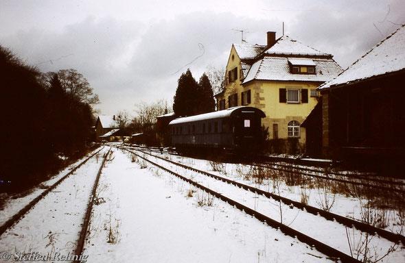 Bahnhof Ebrach noch mit Gleisen, auf dem Ladegleis steht der vor kurzem mit der Übergabe aus Bamberg überführte ehemalige DB Zugleiterwagen 60 80 99 11 090-0 (72 303-1 BFO Nür) der zukünftig von der Bahnhofsgaststätte als Speisewagen genutzt werden soll