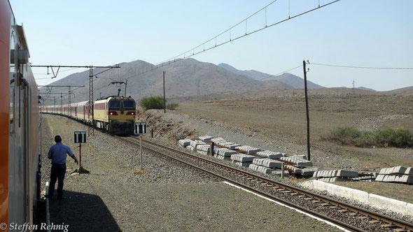 Kreuzung mit dem Zug 606/123 Marrakech - Fes in KOUDIA EL BEIDA, Zuglok ist E 1261 (20.9. 2013)