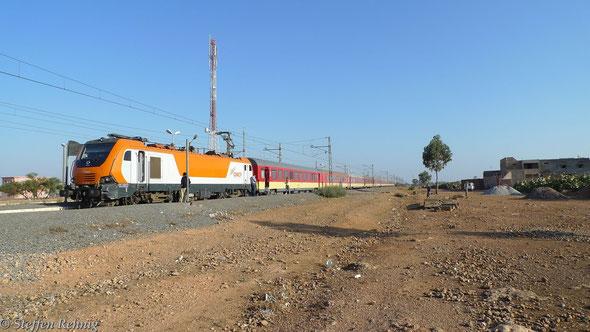 E 1412 mit Train 601 Casablanca - Marrakech im Bahnhof SIDI ABDELLAH (20.9. 2013)