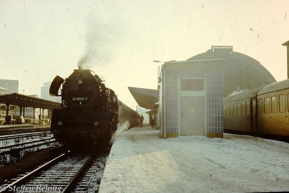.... nachdem die Lok der Einsatzstelle Göschwitz im Schuppen1 des Bw Gera gedreht wurde, steht sie mit ihrer Rückleistung, dem Personenzug P 6018 Gera [ab:14.49] - Göschwitz [an:15.50], am Bahnsteig 3 in Gera Hbf zur Abfahrt bereit (1984)