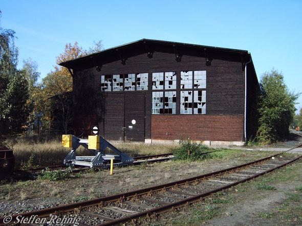 """.... der """"Neue Prellbock"""" auf Gleis 28 und die ehemalige """"Holzhalle"""" auf Gleis 27, im Vordergrund Gleis 29 (13. Oktober 2004)"""
