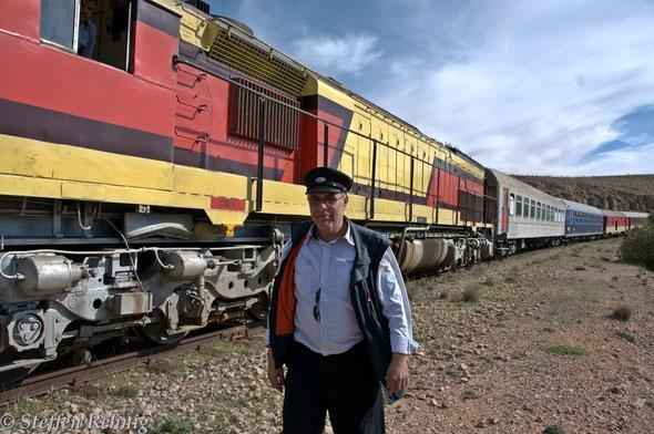 .... der Chef des Zuges .... ihm ist das gesammte Personal unterstellt, auch der Lokführer ....