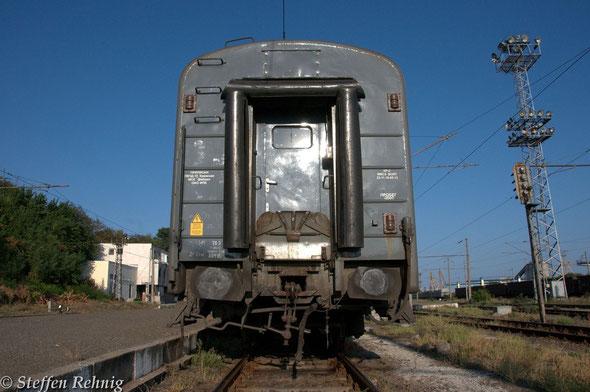 RZD Weitstreckenwagen mit Normalspurkupplung in Burgas (8. September 2012)