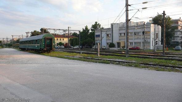 """Der Schlafwagen """"Thessaloniki-Moskva"""", Abfahrt nur Sonntag, wartet am frühen Morgen in Thessaloniki auf seinen Trägerzug 604 Athina - Alexandrupoli,  (10. Juni 2007) ...."""