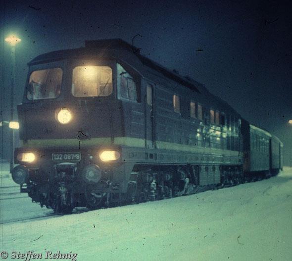 132 087-8 vom Bw Erfurt mit dem Abend-Personenzug P 6028 Gera - Jena West (-Erfurt) im Bahnhof Göschwitz/Saale (1984)