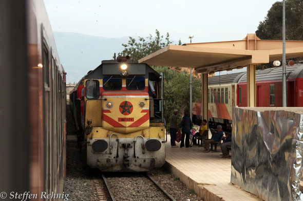 DH 371 mit Train 206/140 Oujda - Casablanca in TAOURIRT (14.4. 2014)
