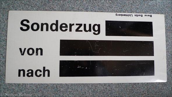 DR - Sonderzugschild, mit Kreide wurde Zugnummer und Zuglauf eingetragen (1987)