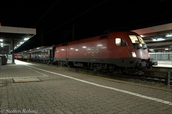 """Einfahrt des DZ 13460 """"VSOE"""" auf Gleis 8 in Wüzburg Hbf"""