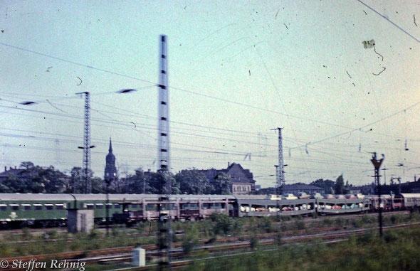 """Zugende des Autoreisezuges D 1473 """"METROPOL"""" Dresden Neustadt (19.22) - Dresden Hbf (19.29-19.35) - Praha Libeň (0.14-0.35) - Bratislava (6.27-6.42) - Štúrovo (8.25-9.10) - Budapest Keleti pu. (10.33) in Dresden Neustadt (1984)"""