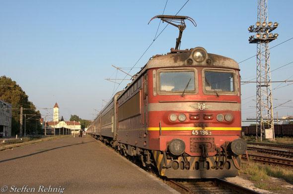"BDZ 45 196.3 als Zuglok am vereinigten G 1471 ""NESEBAR""/S 060X ""BULGARIA EXPRESS"" abfahrbereit im Bahnhof Burgas"