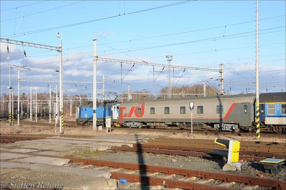 """RZD WLABmee 622071-90278-8 als Kurswagen Cheb - Moskva am R 607 """"Ohře"""" bei der Ausfahrt in Cheb (25.2. 2012)"""