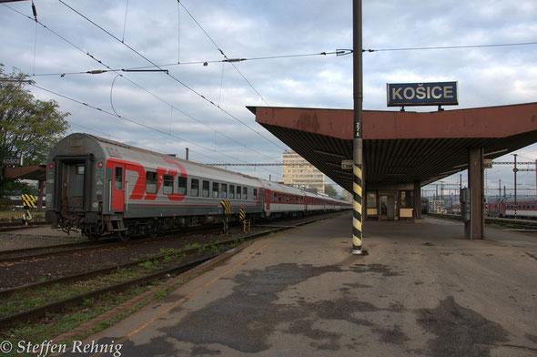 """Schlafwagen Moskva - Bratislava am Zug R 604 """"Dargov"""" (Košice 8.08, Žilina 11.15 - 11.19, Bratislava hl.st. 14.05) in Košice (18.10. 2014)"""