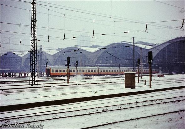 """Städte Express Ex 161 """"LIPSIA"""" nach seiner morgendlichen Ankunft in Leipzig Hbf, am Zugende befindet sich ein Halberstädter Bmhe - Mitteleinstiegsverstärkungswagen (1981)"""
