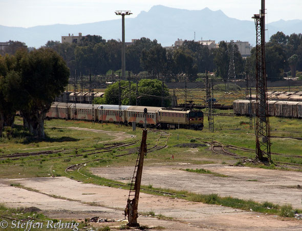 Einfahrt des Train 602/117 Marrakech - Fes in FES (13.4. 2014)