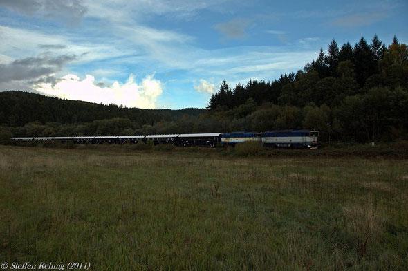 """DZ 13450 """"VSOE"""" Praha (Schmichov) - Calais aus Richtung Domazlice vor der Abzweigstelle Havlovice ...."""