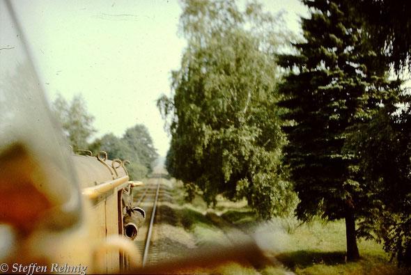 106 037-5 mit dem damals einzigen planmäßigen Güterzug  von Oranienburg nach Basdorf zwischen Abzweig Fichtengrund und der Havelbrücke (Kuhbrücke) in Richtung Wensickendorf (1987)