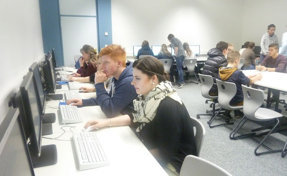 Schüler bei der Bearbeitung des Online-Fragebogens