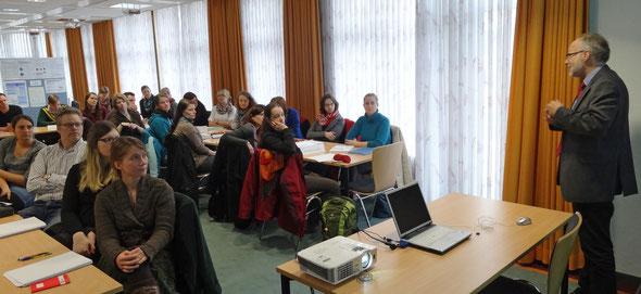 Hochrangige Persönlichkeiten des öffentlichen Lebens - hier Professor Dr. Gerhard Kreutz, Präsident der Hochschule Emden-Leer - begrüßen die neuen Kurse. Foto: Ulrichs