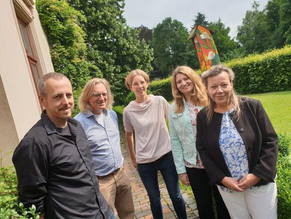 Georg Bollinger (von links) und Dr. Jelko Peters verabschiedeten die Ausbilderinnen Anika de Vries, Britta Nolte und Gabriele Rabe. Foto: Ulrichs