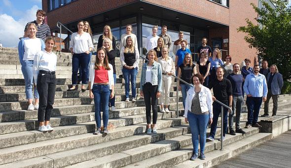 Frauke Grittner (4. v. r.) begrüßte die neuen Lehrkräfte in Leer. Jelko Peters (rechts) und Stefan Ulrichs (2. v. r.) vom Studienseminar Leer stellten die Weichen für die Wiederaufnahme des Präsenzbetriebs. Foto: privat