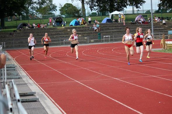 Kate Davies and Dayna Willoughby in the 200m