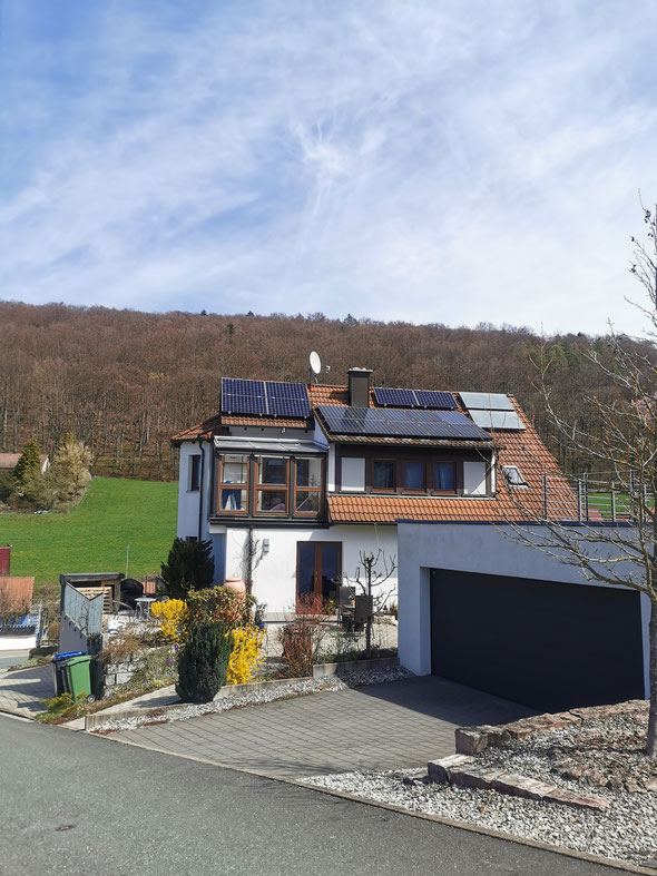 Photovoltaik auf einem Einfamilienhaus in Weißenohe © iKratos