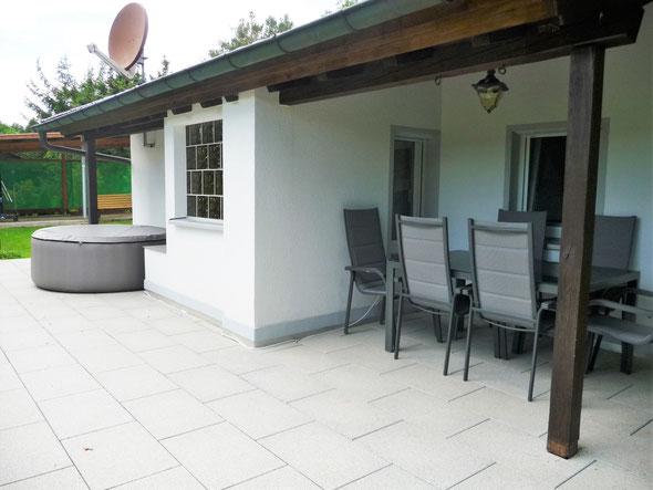 Ferienhaus Sam, Terrasse und Whirlpool