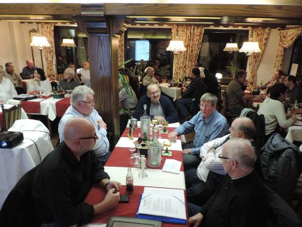Engagierte Diskussionen zur Zukunft der Verbandsgemeinde an allen Tischen nach dem demokratischen Wahlmarathon zur Listenaufstellung.