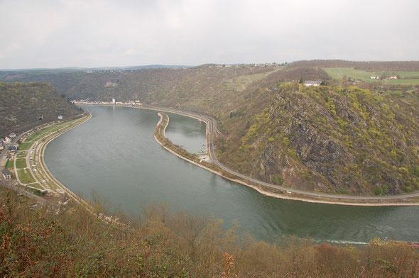 Die Loreley von der linken Rheinseite aus gesehen.