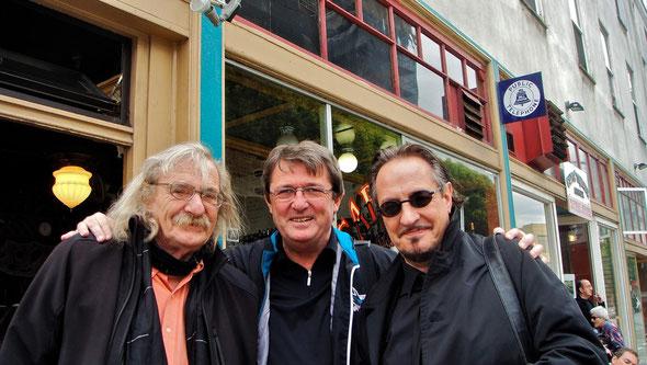 Mit Jack Hirschman und Heinz D. Heisl vor dem Caffé Trieste Okober 2010