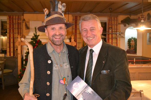 """Geschichtenerzähler Hans Pfister und Bürgermeister Helmut Mödlhammer. Ein Geschichtenerzähler sollte es in jeder """"lebenswerten Gemeinde"""" geben."""