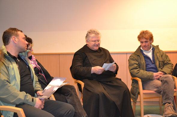 Der sehr angenehmen und lustige Pfarrer Bernhard  liest Weihnachtsfabel und gibt uns einen Segen mit