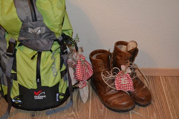 """Pilger Ausrüstung + """"Waldviertler"""" sowie Adventkalender mit Tagesbotschaften von Monika"""