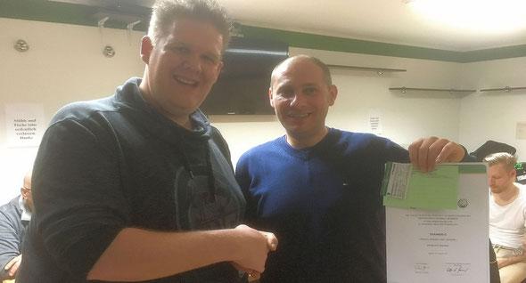 Marco Feith überreicht die Lizenz an Alex Barone