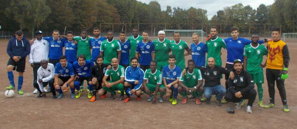 Gruppenfoto vor dem Spiel: Afrika FC Köln und Arminia 09 Köln