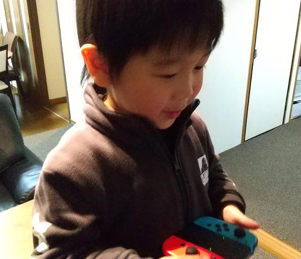 ゲームをしている子供の写真