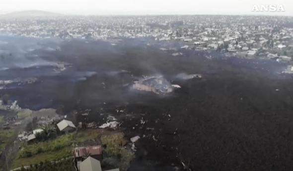 il fiume di lava che sta dividendo in due la città di Goma