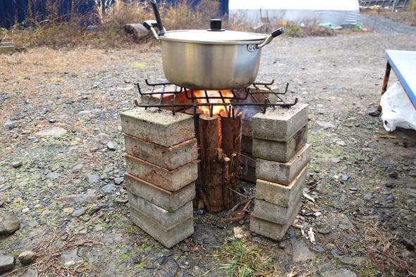 ブロックなどを周りに積むと大きな鍋も火にかけられます。