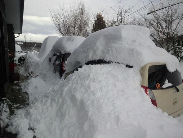 雪に埋まる3台の車