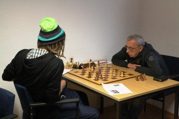 Joachim Langer (re.) holt durch seinen Sieg gegen Björn Lindstädt noch das Mannschaftsremis für die SG Drewer IV (Foto: A. Obdenbusch)