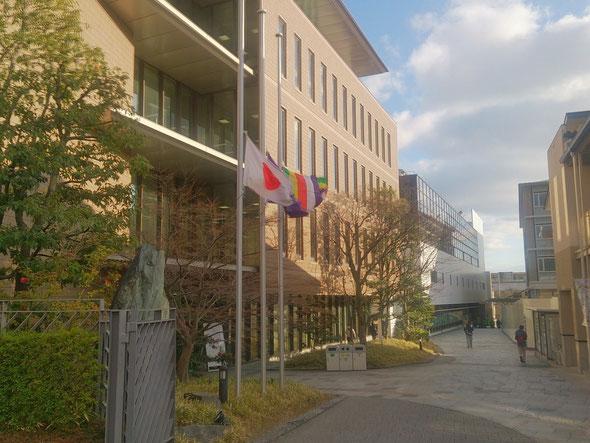 半旗をあげるキャンパス