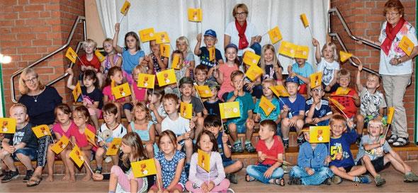 Christa Möller (r) und Cornelia Gerlach (Mitte) erfreuten die Vorschulkinder mit kleinen Geschenken.