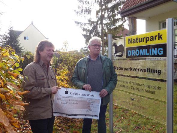 Fred Braumann vom Naturpark Drömling bei der Übernahme des Schecks von Herrn Volker Tuisl, Werkleiter der Refresco Filiale Calvörde. (v.l.n.r.)