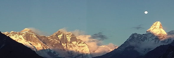 左側高峰がエベレスト シャンボチェより2003年