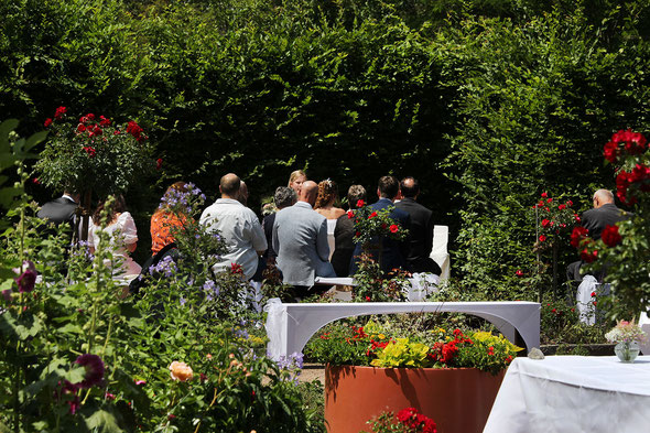 standesamtliche Trauung im Rosengarten in Bad bellingen