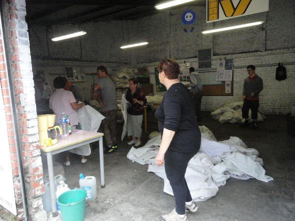 les bénévoles au pliage des sacs