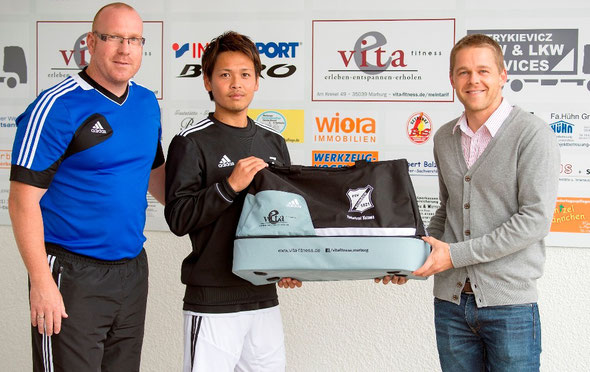 FSV- Marketingleiter Dirk Debelius, FSV- Spieler Takafumi Yazawa und Lars Happel vom Vita Fitness