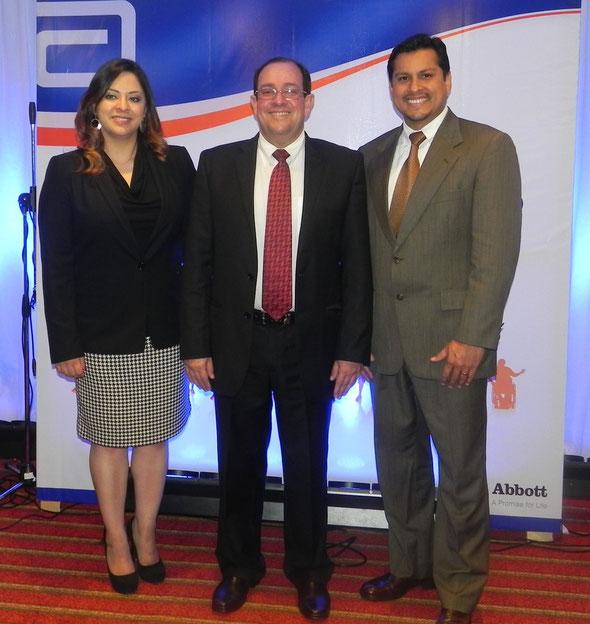 Ingrid Hernández, Gerente de Productos Abbott; Dr. Carlos Cano, médico geriatra por la Universidad Complutense de Madrid, España, y Eduardo López, Gerente de Ventas Guatemala, Abbott.